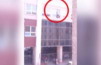 Ryzykowna praca na zewnątrz budynku Urzędu Skarbowego w Gdańsku