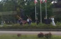 Miłośnicy kendo trenują pod pomnikiem Piłsudskiego