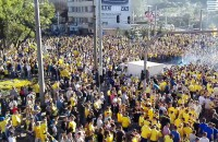 Tysiące kibiców Arki przed Urzędem Miasta
