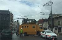 Wóz techniczny naprawia zerwaną trakcję na ul. Świętojańskiej
