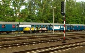 Zdewastowany wagon pociągu ...