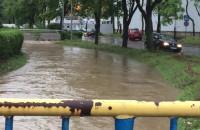 Ul. Swojska zalana. Wybijają studzienki