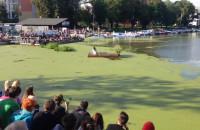 Aktorzy z Belgii pływają w sinicach