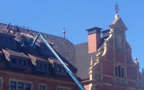 Montaż szyldu na dawnej przychodni w Gdańsku