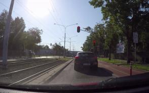 Jadą na czerwonym. Udają rowerzystów?