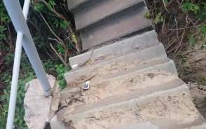 Wyjście schodami z bulwaru w Gdyni Oksywiu na własną odpowiedzialność