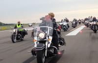 Motocykliści przejechali po drodze startowej lotniska