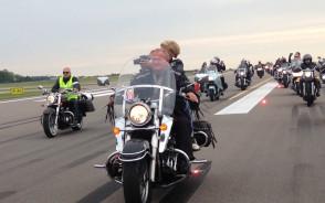 Motocykle przejechały po drodze startowej lotniska