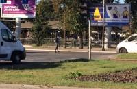 Slalom pieszego między samochodami na Podwalu Grodzkim