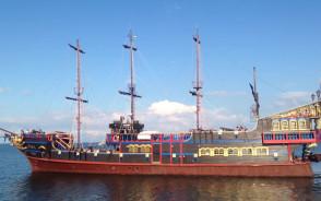 Statek Pirat z Ustki odpływa z molo w Sopocie