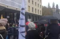 Czarny protest pod budynkiem Solidarności