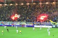 Płonie flaga Lechii Gdańsk na stadionie w Gdyni