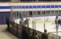 Końcówka 30 sekundowej bójki na lodowisku