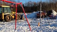 Budują plac zabaw nad jeziorkiem
