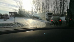 Ciężarówka jedzie pod prąd