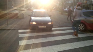 Wjazd przez przejście dla pieszych na dziki parking w Gdyni