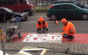 Malowanie pasa dla rowerzystów pod Zieleniakiem