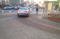 Przy Kolegiacie nadal parkują na placu, wjeżdżając przez przejście dla pieszych