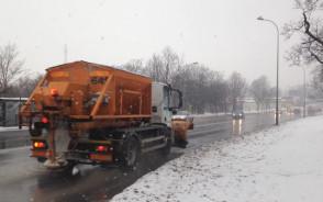 Czarno na Trakcie św. Wojciecha, a śnieg pada