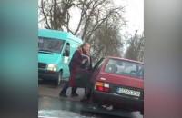 Przytrzaśnięcie nogi drzwiami samochodu