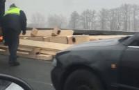 Ładunek spadł z ciężarówki