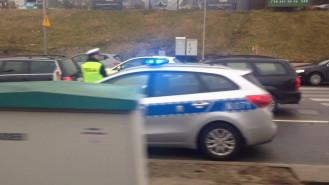 Policjant i radiowóz na Węźle Groddecka