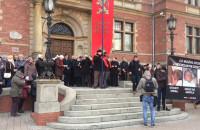 50 osób odmawiało różaniec pod siedzibą rady miasta w Gdańsku