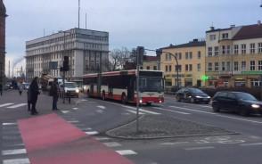 Autobus blokuje pas ruchu w centrum Gdańska