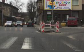 Dziura na skrzyżowaniu Matejki i Do Studzienki