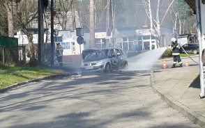 Gaszenie płonącego auta w Sobieszewie