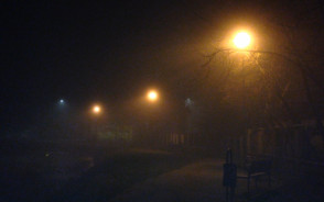 Staw skąpany w nocnej mgle