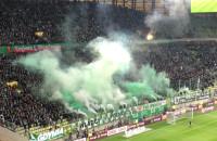 Biało-zielone świece dymne na stadionie