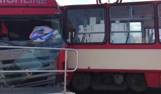 Skutki zderzenia ciężarówki z tramwajem