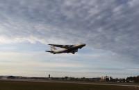 Ogromny AN-124 opuszcza gdańskie lotnisko