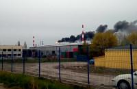 Dym z komina rafinerii