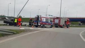 Akcja strażaków i ratowników po wypadku na obwodnicy