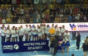 Dekoracja mistrzyń Polski 2017 piłkarek ręcznych Vistalu Gdynia