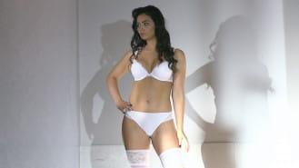 Pokaz eleganckiej bielizny dla kobiet