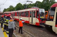 Pierwszy z uszkodzonych tramwajów odjeżdża do zajezdni