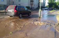 Pękła rura wodociągowa na ul. Piastowskiej