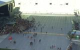 Pierwsi fani Guns N'Roses wbiegają pod scenę