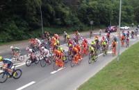 Ucieczka i peleton wyścigu kolarskiego