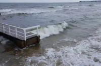 Wysokie fale i silny wiatr nad zatoką