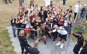 Tłum openerowiczów robi sobie zdjęcia Deynn