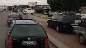 Samochód na drodze rowerowej