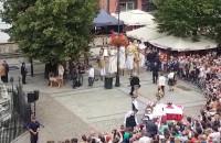 Szczudlarze czekają na brytyjską parę książęcą