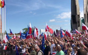 Tłumy na proteście w obronie Sądu Najwyższego  pod Pomnikiem Poległych Stoczniowców