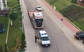 Zaparkował ciężarówkę na środku drogi