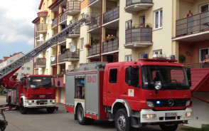 Strażacy wchodzą przez balkon