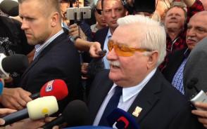Lech Wałęsa składa kwiaty i przemawia